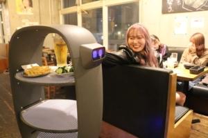 配膳するロボット