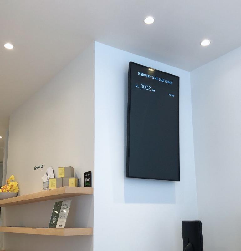 店内に設置されたデジタルサイネージ