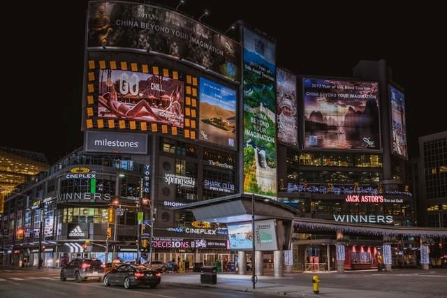 街中のデジタルサイネージイメージ